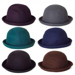 Tvrdý klobúk v rôznych farbách.